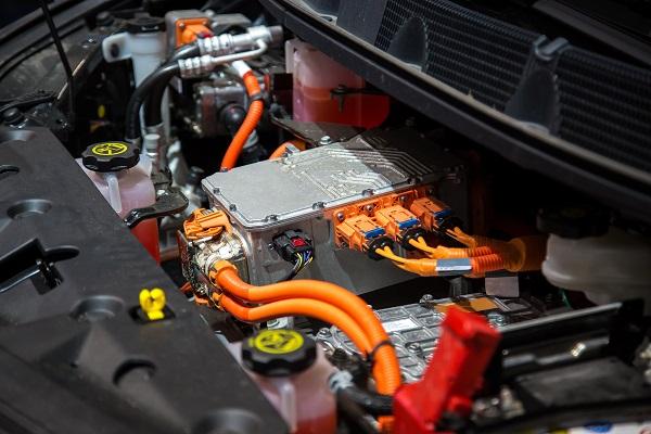 البطاريات الكهربائية مُكلفة جداً وترفع من سعر السيارة الكهربائية
