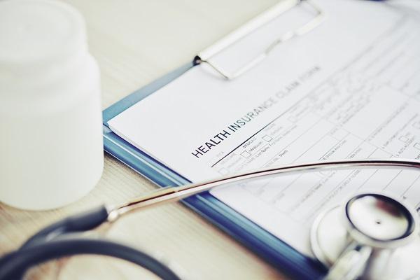 يغطي التأمين الصحي الخدمات الطبية الأساسية ويبلغ الحد الأقصى للتغطية السنوية 150،000 درهم في السنة.