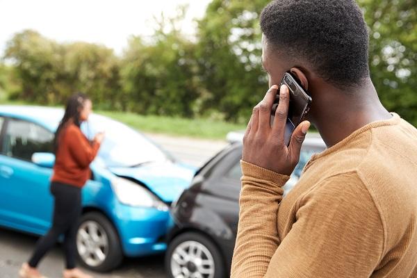 عند وقوع حادث تصادم عليك الاتصال بشركة التأمين والشرطة فورًا