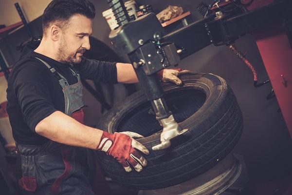 تصليح إطار سيارة مثقوب في ورشة