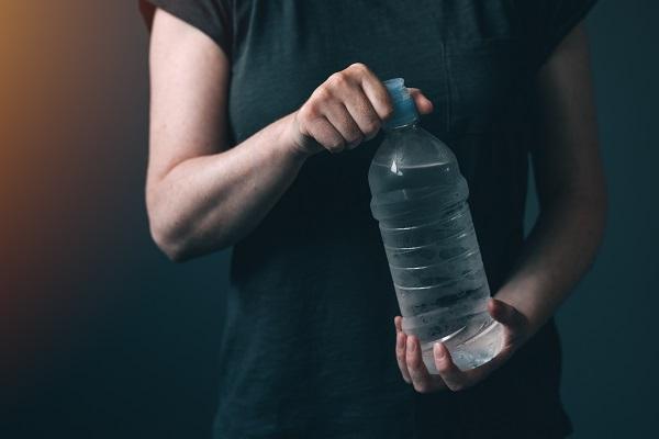 عليك بتناول كميات كافية من الماء في فترات الإفطار في شهر رمضان لتحافظ على رطوبة جسمك