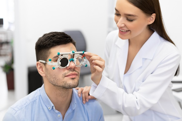 قم بإجراء فحوصات منتظمة لعينيك، وإن كنت تضع نظارة طبية، حافظ على تجديد العدسات متى لزم الأمر