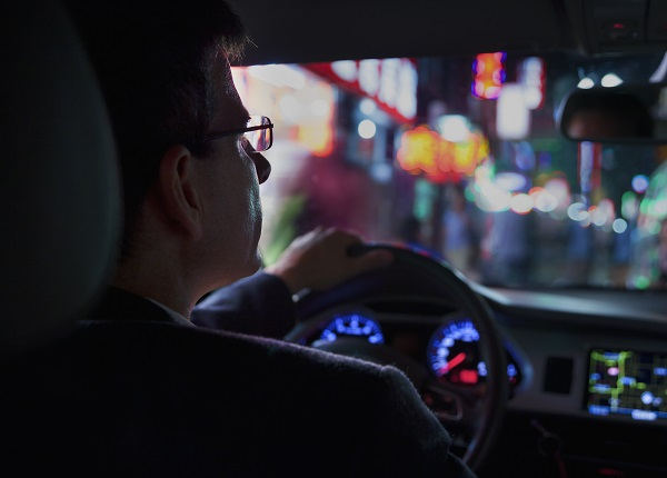 استبدل نظارات القيادة الليلية بالعدسات المضادة للانعكاس