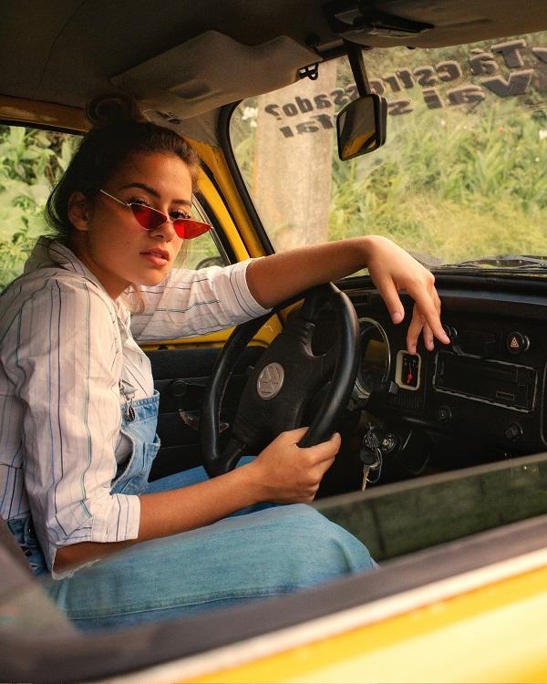 تساعد النظارات المستقطبة على التخفيف من الوهج عمومًا ووهج السيارات القادمة إلا إنها لا تساعد بالضرورة في أثناء القيادة ليلاً