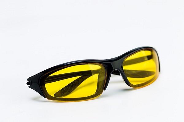 إذا ارتديت نظارات القيادة الليلية الصفراء تحصل على تباين أفضل ولكنها ستحد أيضًا من نظام الحماية أو مستشعر الحركة