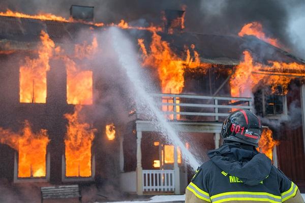 افتعال حريق للحصول على تعويضات تأمين المنزل